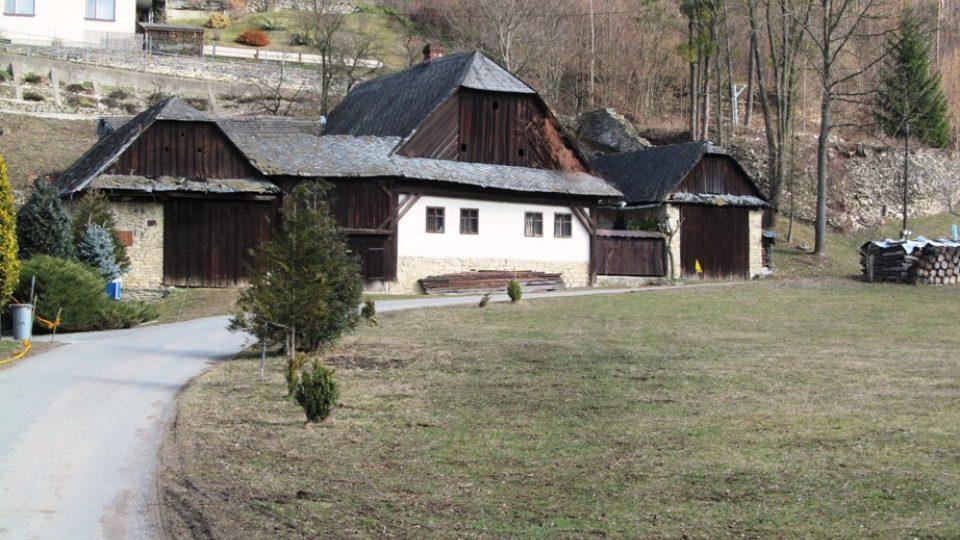 Před roubenkou se dvěma dvory stávala ještě do roku 1985 historická budova rychty