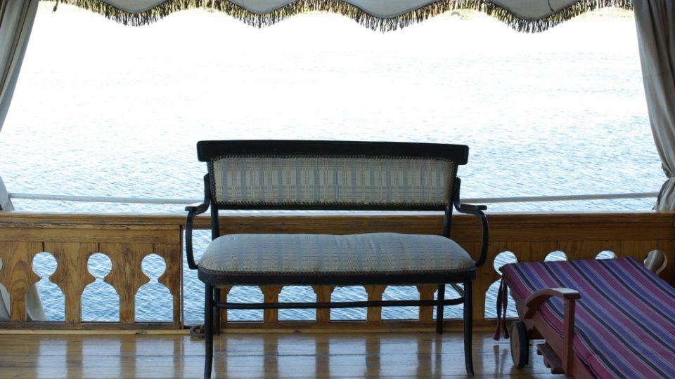 Polstrované lavičky lákají k posezení se šálkem čaje