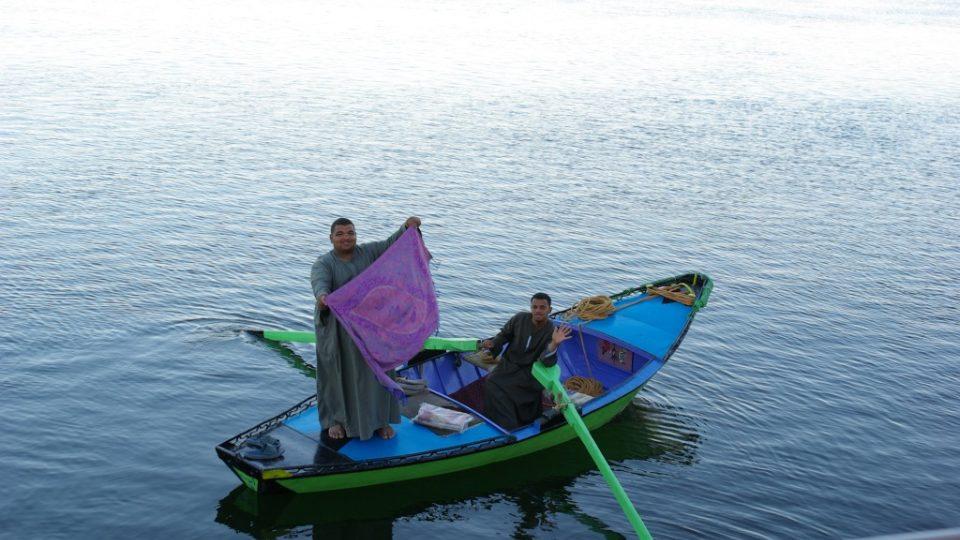 Z paluby několikapatrové výletní lodi nikdy neuvidíte život na Nilu tak zblýzka jako z paluby dahabíje