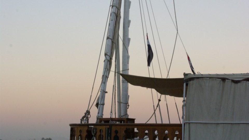 Na plachty se dahabíji plaví pouze proti proudu, protože v Egyptě nejčastěji fouká od severu