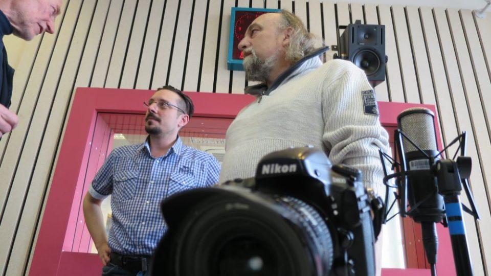 Fotografové Josef Krejsa a Patrick Marek ve studiu Českého rozhlasu Hradec Králové