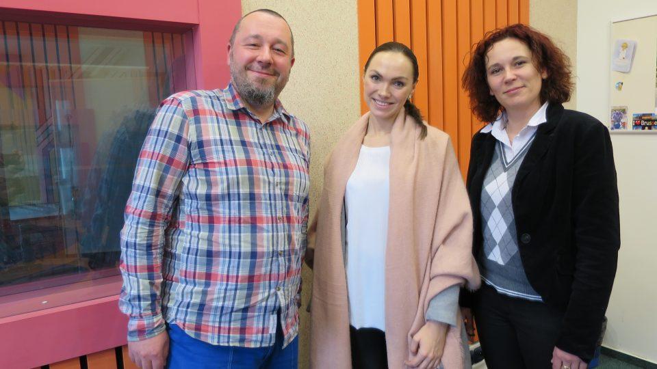 Zleva: Tomáš Peterka, Kamila Nývltová a Lucie Peterková