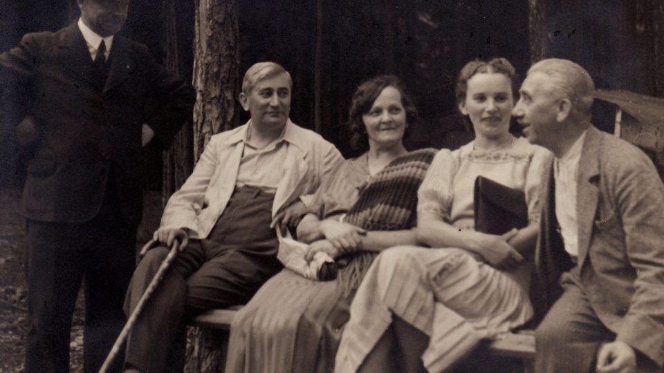 Členové KČT Ústí nad Orlicí, druhý zleva továrník Jindřich Jandera, který se zaloužil o stavbu turistické chaty v roce 1940.jpg