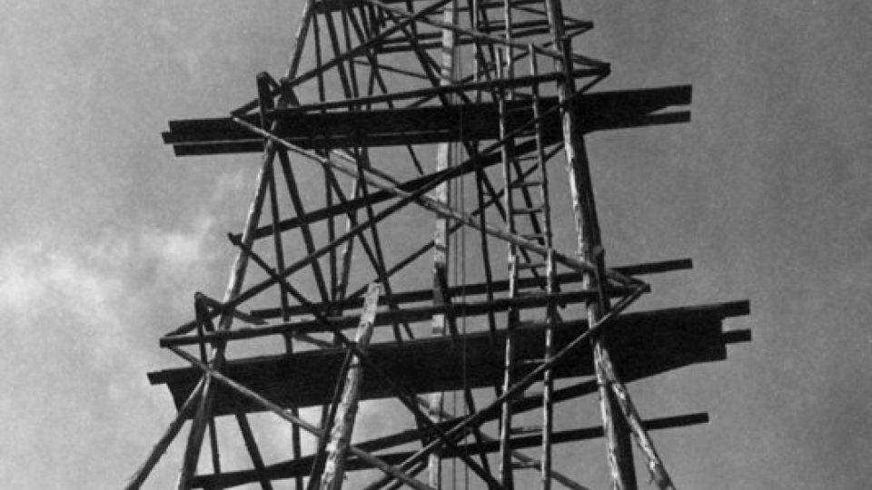 V roce 1941 byla na Andrlově chlumu postavená triangulační věž, upravená jako rozhledna.jpg