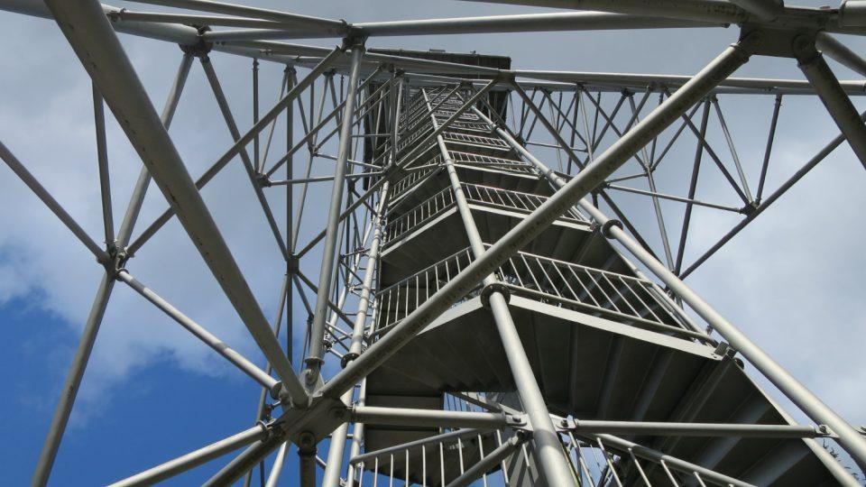 Vyhlídková plošina rozhledny na Andrlově chlumu je ve výšce 34,6 m