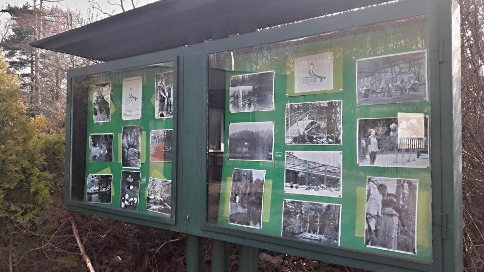Jak to v areálu vypadalo před desítkami let, ukazují fotky ve vitríně před vstupem