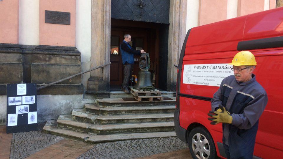 Do kostela Povýšení svatého Kříže v Děčíně se vrátily zvony