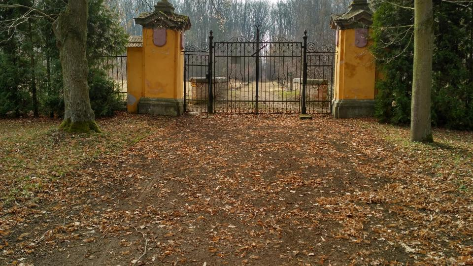 Dnes zadní brána dříve sloužila jako hlavní vstup do zámku