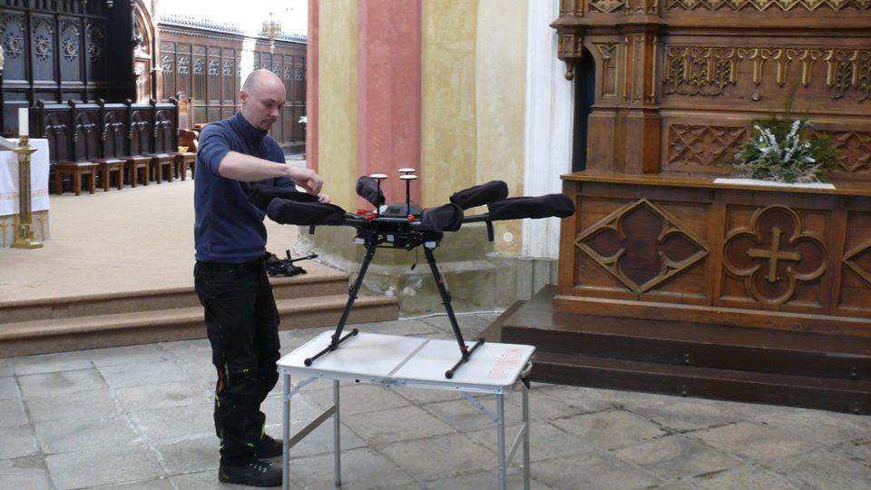 Díky dronu získali památkáři unikátní snímky z klášterního kostela Obětování Panny Marie na Piaristickém náměstí v Českých Budějovicích