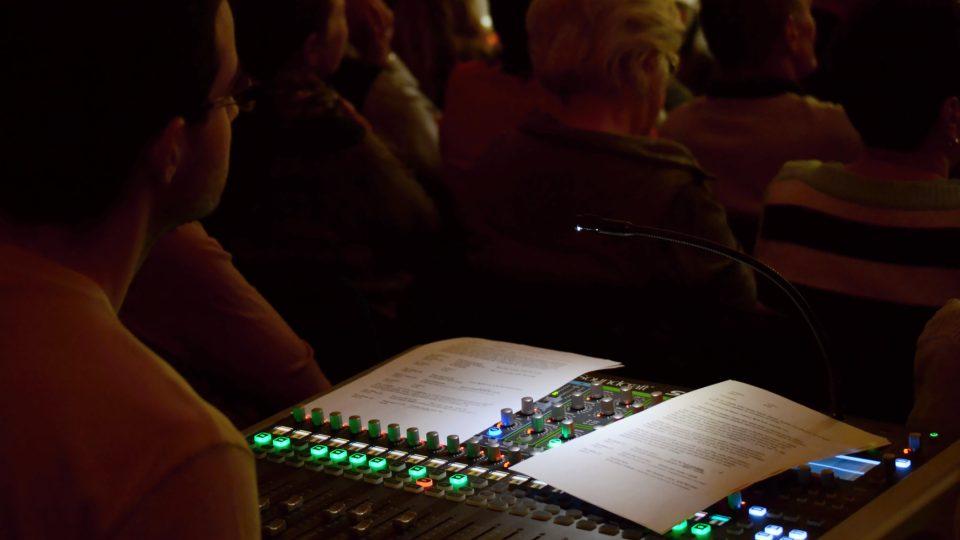 O kvalitní zvuk v sále se staral mistr zvuku Vojtěch Dluhý