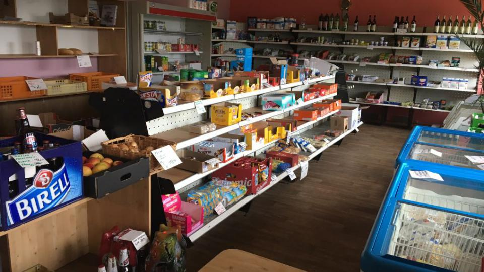Prodejny potravin v malých obcích těžko konkurují městským supermarketům a krachují...