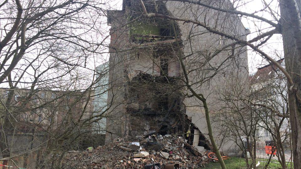 Zčásti zřícený dům musí jít podle statiků k zemi celý