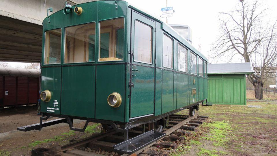 Nejstsarší motorový železniční vůz byl vyrobený v roce 1928, jezdil po kolejích poblíž středočeských Peček