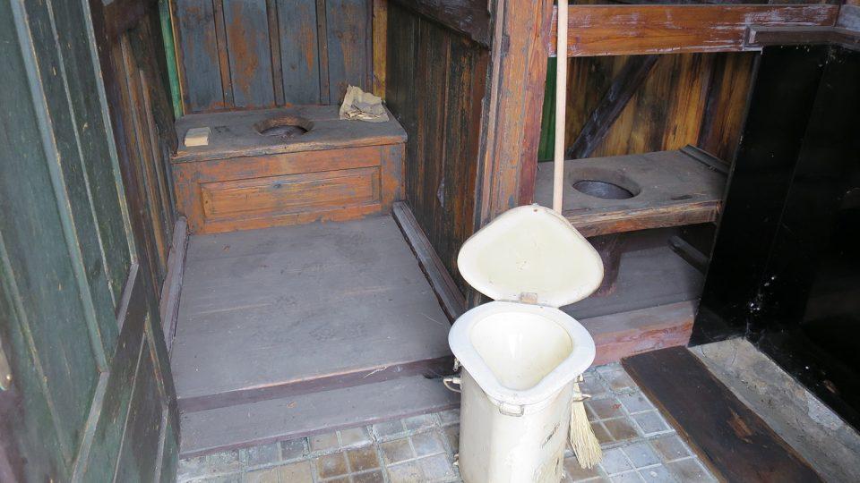 Ve venkovní expozici železničního muzea uvidíte i historické veřejné záchodky, v popředí přenosná toaleta pro obsluhu železnice