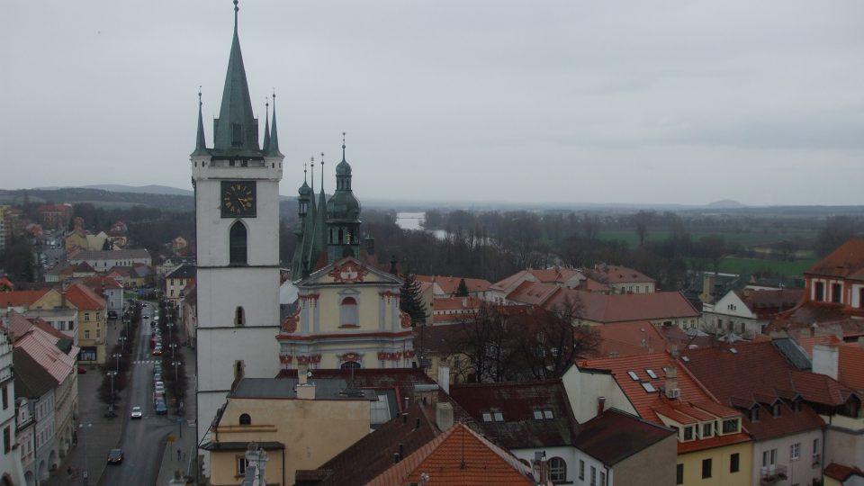 Věž Kalich - pohled na kostel u náměstí