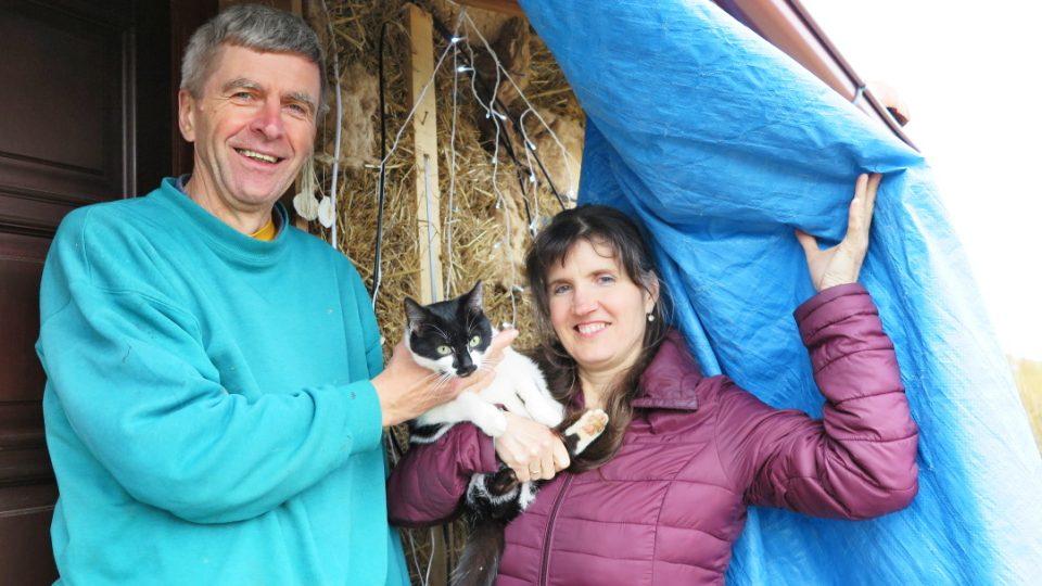 Tomáš a Dana Hromkovi jsou ve slaměném domě spokojení. To, že je obydlí postavené ze 350 balíků slámy, byste na první pohled nepoznali, sláma vykukuje jen místy