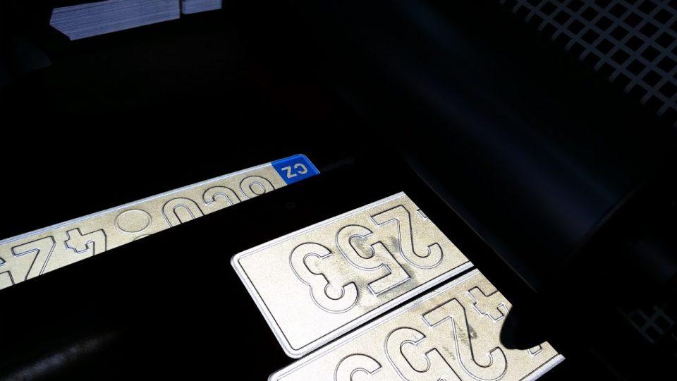 Ve Štětí se nově vyrábějí registrační značky pro auta z celého Česka
