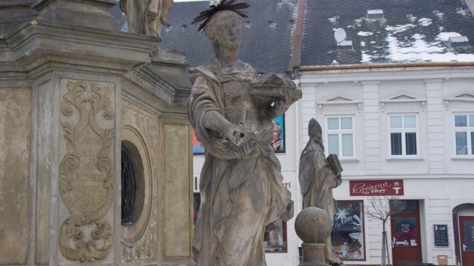 Jednou ze světic na balustrádě sloupu je i sv. Pavlína