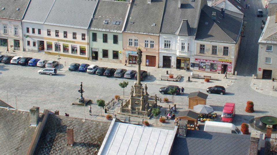 Morový sloup stojí přímo uprostřed mohelnického náměstí Svobody
