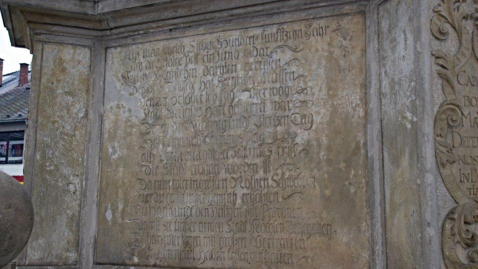 Německy psaný nápis poměrně přesně popisuje průběh morové epidemie v roce 1714