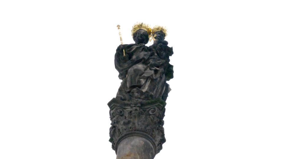 Panna Marie královna nebes vévodí špičce morového sloupu v Mohelnici