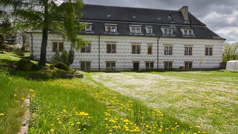 Renesanční zámek v Bystrém dnes souží jako ústav sociální péče