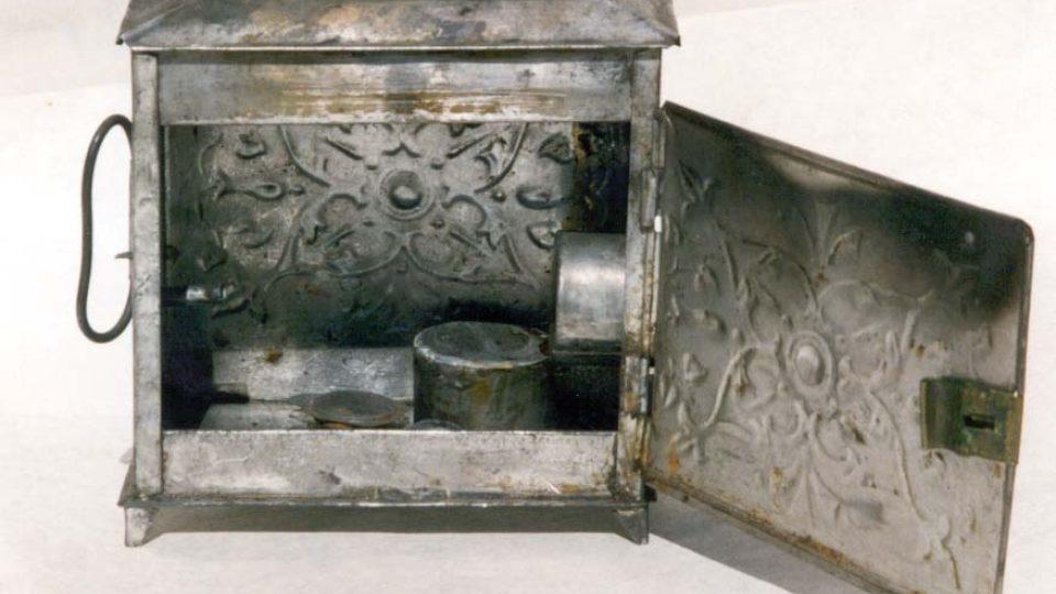 Dětská kovová laterna magika. Kolem roku 1860. Darovalo j roku 1929 Reálné gymnázium v Plzni