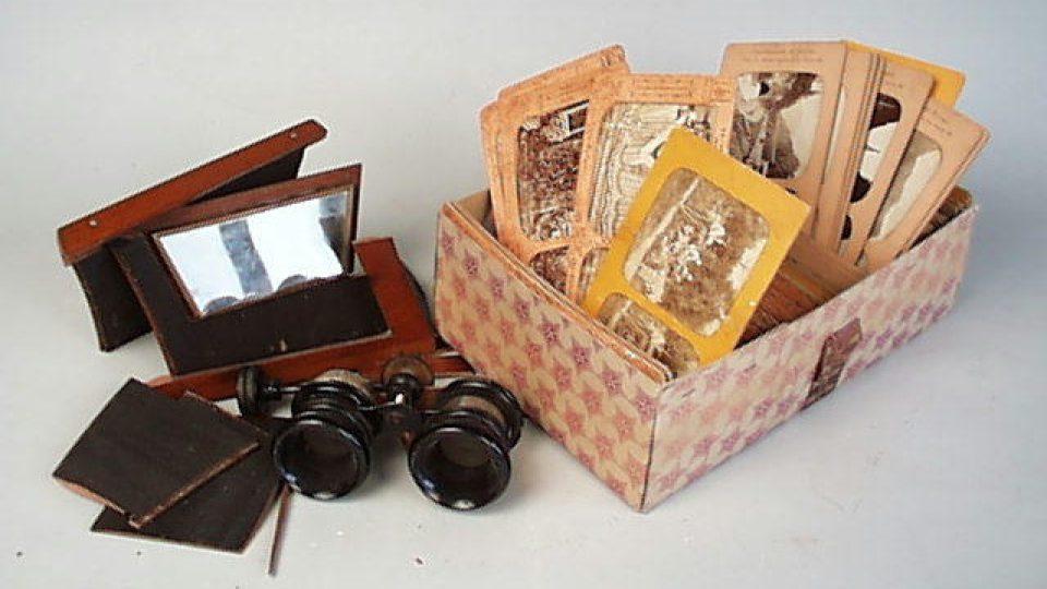 Stereoskopické dřevěné kukátko. Datováno kolem roku 1890. Darovala 10. 2. 1947 paní Marie Grümdlerová