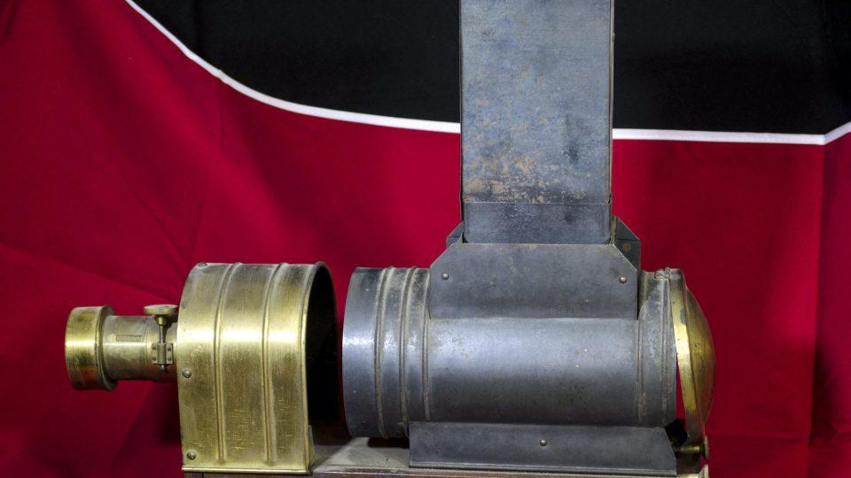 """Laterna magika z ocelového a mosazného plechu na podélném podstavci s nápisem """"The Sciopticon"""". Nedatováno"""