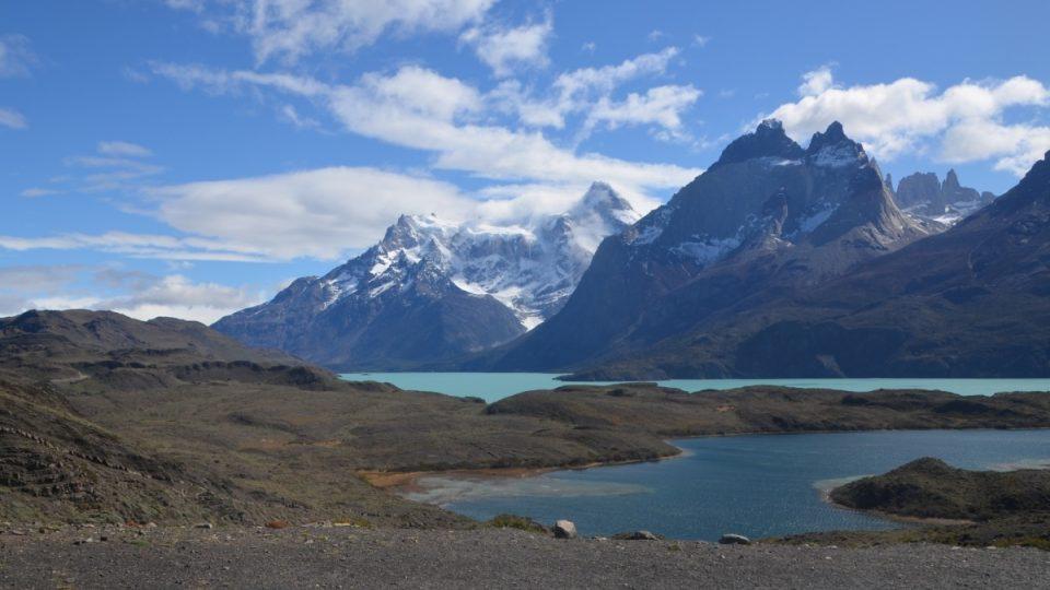 Krajina parku Torres del Paine je nesmírně pestrá. Snad žádné jezero nemá stejnou barvu