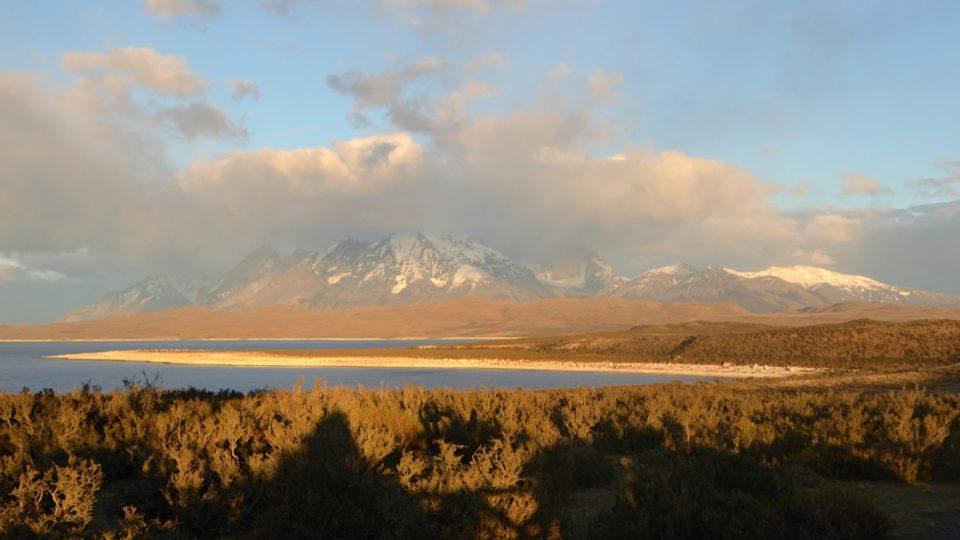Východ slunce nad jezerem Lago el Toro