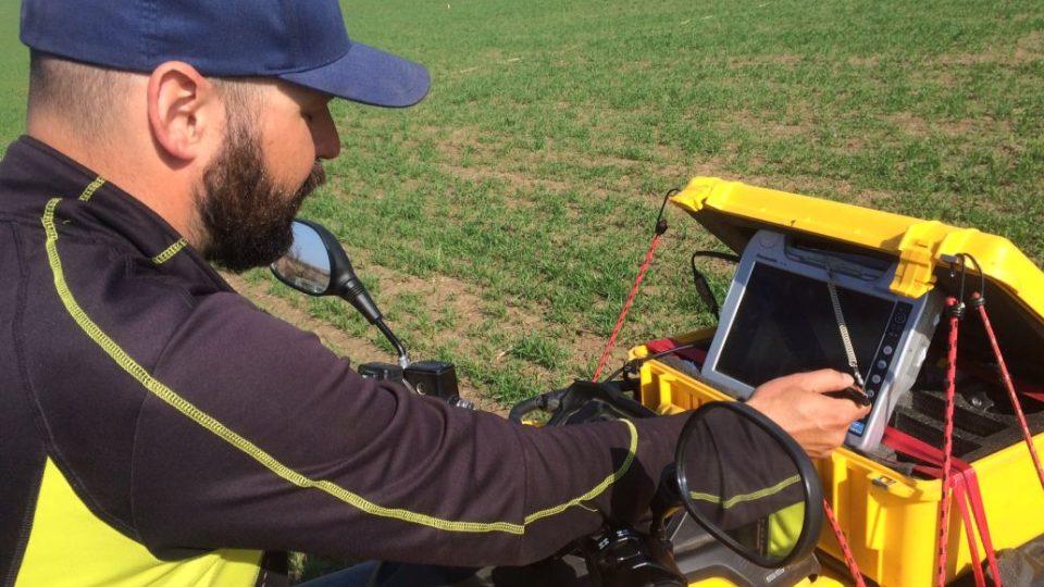 Archeologové nahlíží pod zem magnetometrem na trase dálnice D11