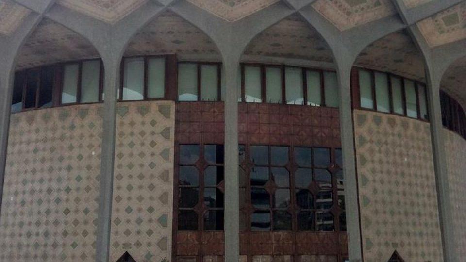 Anita před mešitou