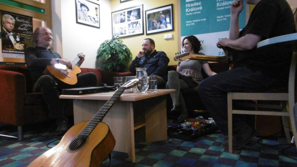 Slávek Klecandr a Jaroslav Jetenský, tedy polovina kapely Oboroh, se svou krásnou křehkou muzikou zavítali v pondělí 3. dubna 2017 do Radioklubu Českého rozhlasu Hradec Králové