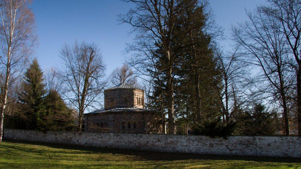 Hrobku a park obepíní zeď