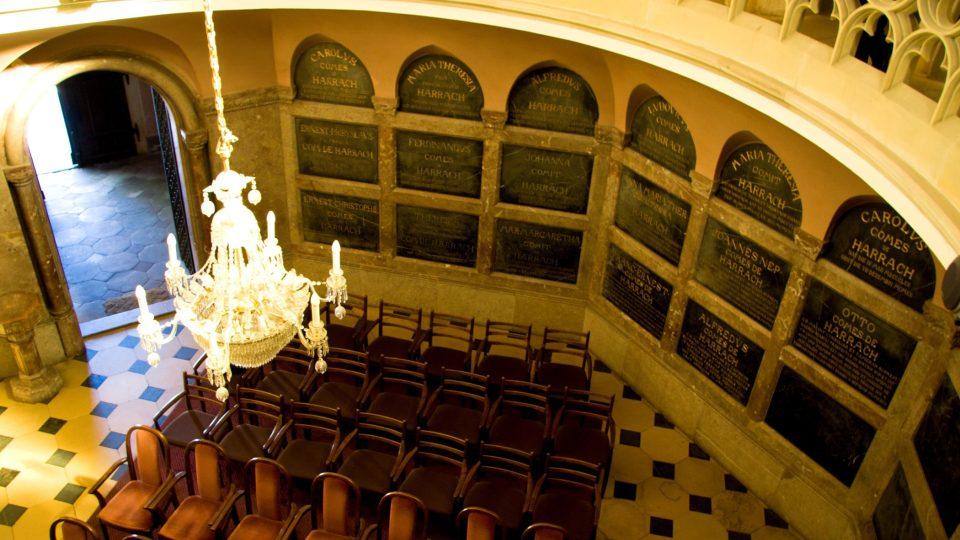 Interiér hrobky z ochozu