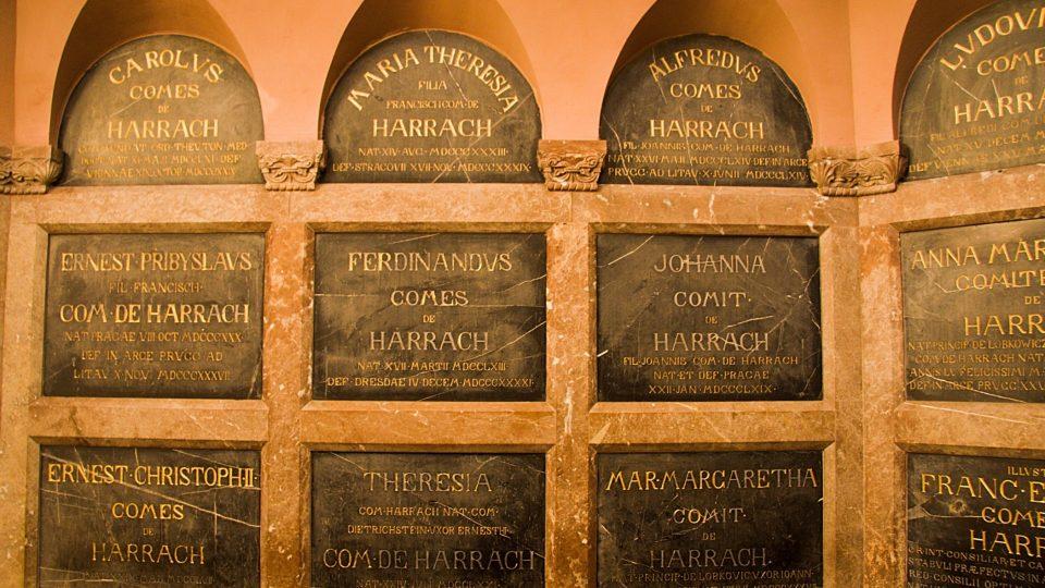 Mramorové desky s tituly pohřbených
