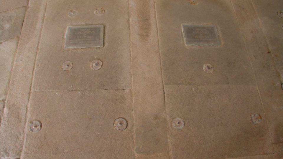 Pískovcové desky nad rakvemi s ostatky