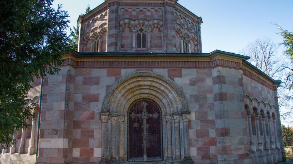 Vstupní portál do hrobky sv. Kříže
