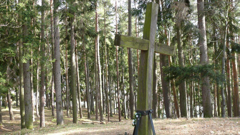 Prohnutý kříž na konci cesty