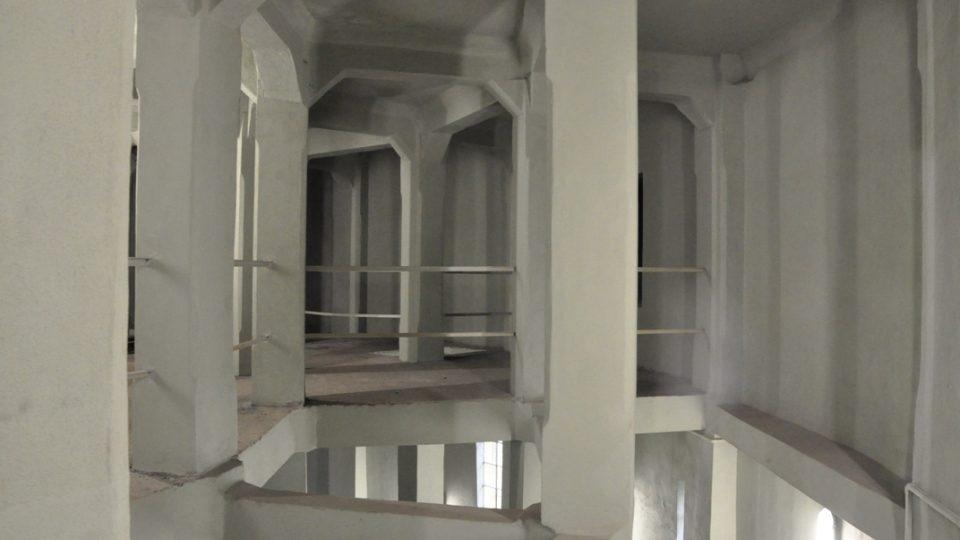 Interiér vodojemu je fantasticky symetrický