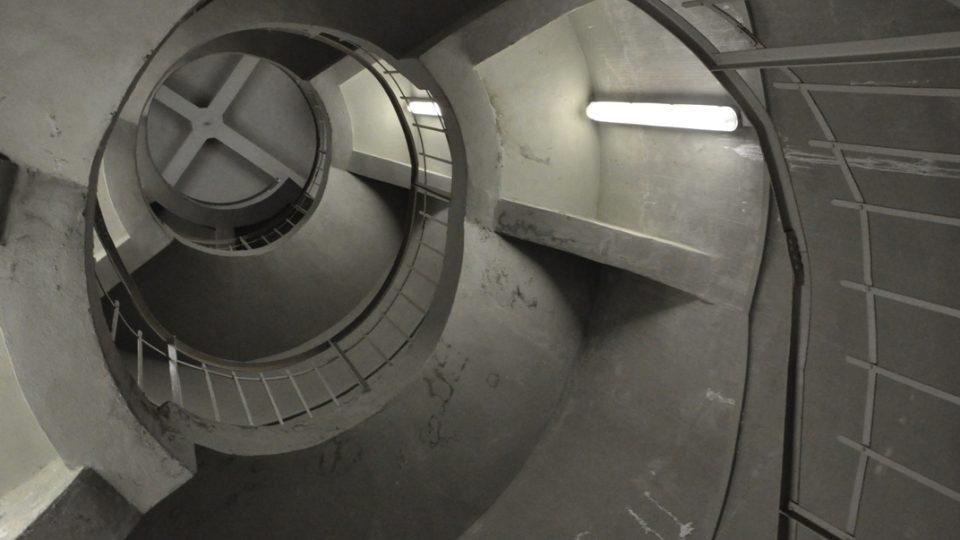 Točité schodiště vede až do špičky vodojemu