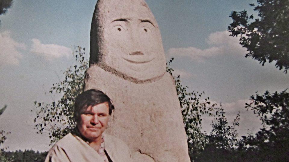 Dobová fotografie z archivu autora menhiru Jiřího Šulce