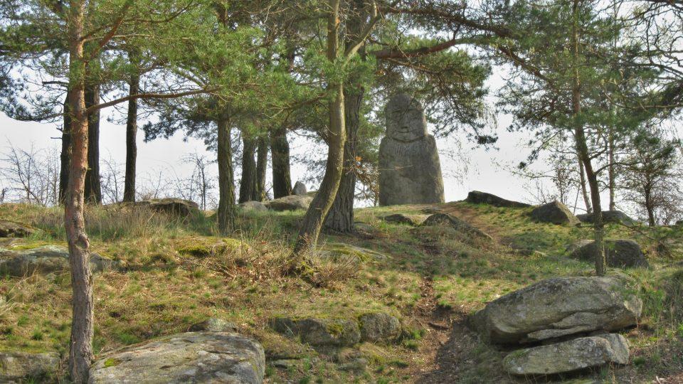 Tajemný menhir ční na pahorku