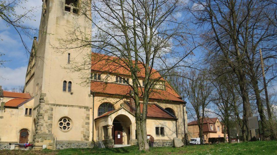 Místní kostel svatého Jana Nepomuckého byl vybudován na začátku 20. století podle projektu Kamila Hilberta
