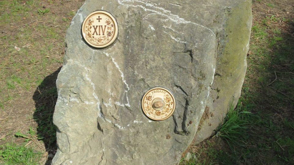 Na každém kameni je vedle velkého čísla značícího pořadí také název jedné obce farnosti