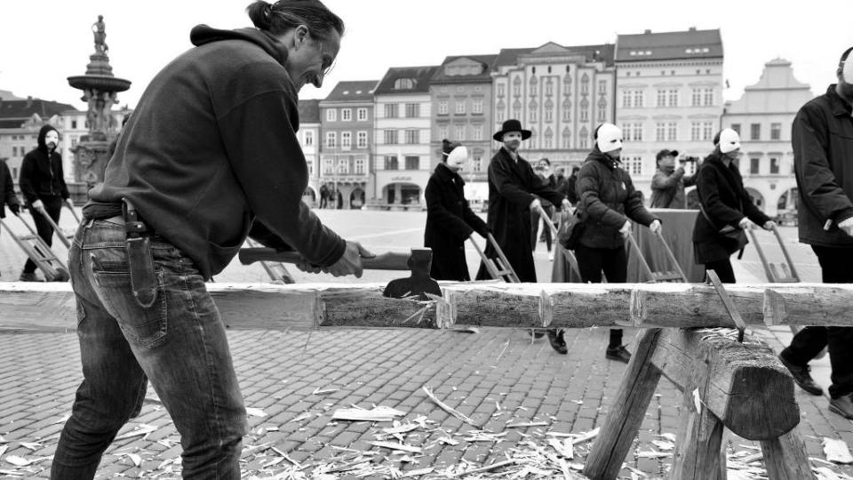 Velikonoční průvod hrkačů a tesání křížů v centru Českých Budějovic. Tradici na jih Čech přinesl divadelník Víťa Marčík, který pochází z Moravy