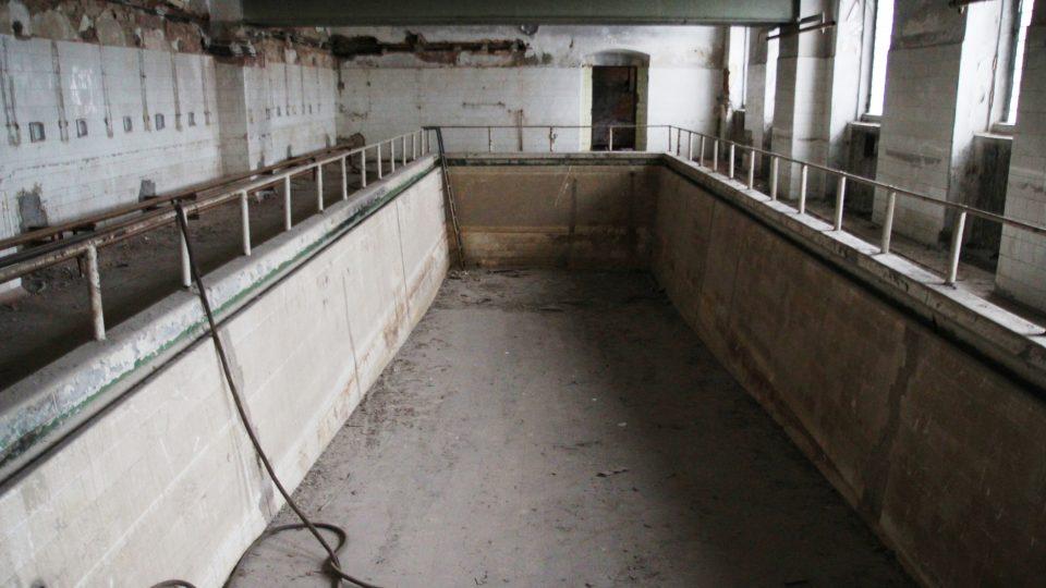 Karlínské kasárny, prostor původního bazénu, zatím stále zanesený prachem z povodní v roce 2002