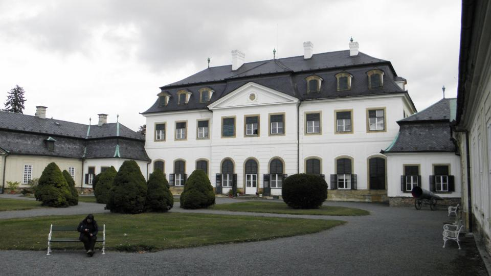 Nádvoří zámku má téměř čtvercový půdorys