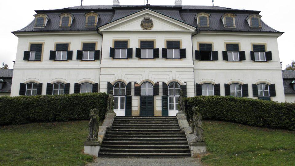 Průčelí zámku otočené do krajiny potvrzuje inspiraci francouzskými vlivy